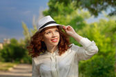 Girl in a walk in the park — Stockfoto