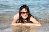 Mooie aziatische vrouw die zich voordeed op het strand — Stockfoto