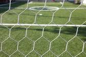 Vit fotboll netto, grönt gräs, futsal mål — Stockfoto