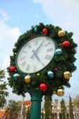 Boże Narodzenie zegar i jodła oddziałów — Zdjęcie stockowe