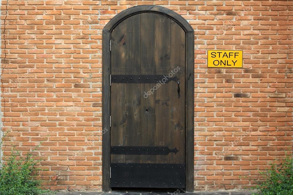 Geschlossene holztür  Vintage geschlossene Holztür mit Ziegelmauer zum Haus — Stockfoto ...