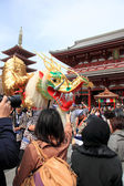 """TOKYO - MARCH 19 : the Event of """"Kinryu no mai"""" ( Golden Drangon Dance ) at Asakusa temple March 19, 2013 in Tokyo, Japan. — Stock Photo"""
