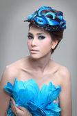 элегантной моды брюнетка тайская женщина, позирует с творческим шиньон волосы стиль — Стоковое фото