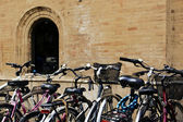 Gruppo di biciclette parcheggio urbano — Foto Stock