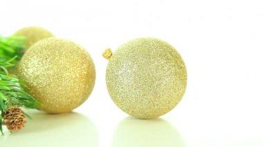 Boules de noël or et arbre sur fond blanc — Vidéo