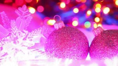 Noel dekorasyonu, ufuk ışık arka plan üzerinde renkli topları — Stok video