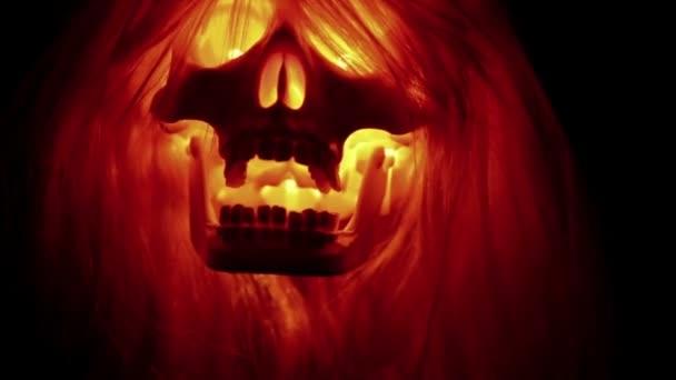 Cráneo da miedo volar sobre fondo negro, para fondos de halloween espeluznante — Vídeo de stock