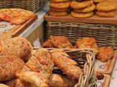 Basket of fresh basket bread — Stock Photo