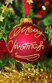 树在金色亮片和红色的圣诞装饰品 — 图库照片