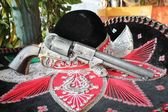 Bandit sombrero and revolver gun — Stock Photo