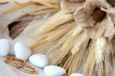 Candy a snubní prsteny — Stock fotografie