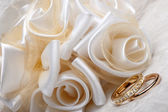 Wedding favors and ring — Stock Photo