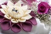 Wedding favors and wedding rings — Stock Photo