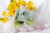 Anillos de boda y favores de la boda — Foto de Stock