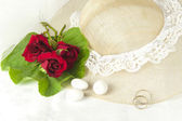 Red roses and wedding rings — Stock Photo