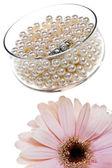 Diamantring, vita pärlor och blomma — Stockfoto