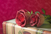 Red roses and antique books — Stock Photo