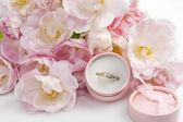 Tulip and wedding rings — Stock Photo