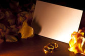 White card with wedding rings — Stock Photo