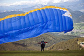 Paraglider flying over the Italian Alps — Stock fotografie