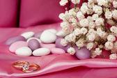 Alianças de casamento em tecido colorido — Fotografia Stock
