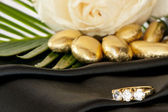 Roses and wedding rings — Foto Stock
