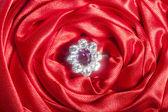 Snubní prsteny na barevné tkaniny — Stock fotografie