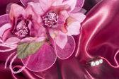 Anillos de boda en tela colorida — Foto de Stock