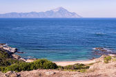 Secluded little beach with a view to the Holy Mountain, in Sithonia, Chalkidiki, Greece — Stock Photo