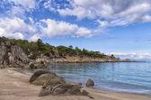 Rochas e areia em uma praia linda em sithonia, chalkidiki, Grécia — Fotografia Stock