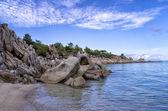 Rochas e areia em uma bela praia em chalkidiki, Grécia — Fotografia Stock
