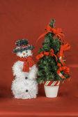 Schneemann und weihnachtsbaum-szene — Stockfoto