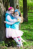 两个小女孩在公园在春天 — 图库照片