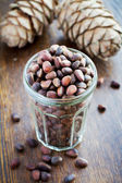 Unpeeled pine nuts in a glass — Stock fotografie