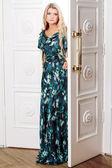 Młoda kobieta wychodzi z drzwi — Zdjęcie stockowe