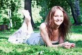 Jonge vrouw in het park — Stockfoto