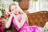 Porträtt av en liten flicka liggande på soffan — Stockfoto