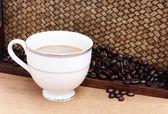 与咖啡的咖啡豆。竹背景 — 图库照片