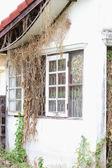 Viejas ventanas en una casa abandonada — Foto de Stock