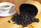 杯咖啡和咖啡豆的木桌上 — 图库照片