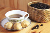 Bread Eclair with coffee on the wooden — 图库照片