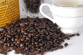 Coffee beans and coffee cup on white backgrond — Photo