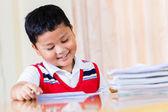 De jongen huiswerk zorgvuldig werken. — Stockfoto