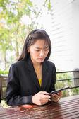 Mulher de negócios asiáticos linda usando tablet para comunicação — Fotografia Stock