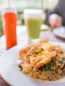 Albahaca de res frito arroz rematado con un huevo fri — Foto Stock