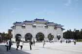 Taipei,Taiwan, February, 12th, 2012:Archway entrance of C.K.S Memorial Hall with people — Stock Photo