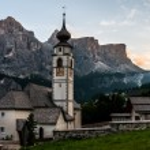 Mountain Church in the Alpine village. — Stock Photo