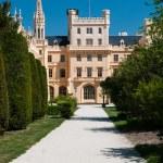 Weg zum berühmten Lednice Schloss, Tschechische Republik — Stockfoto #42383607