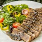 Seared Ahi Tuna Salad. — Stock Photo