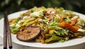 野菜炒め肉をかき混ぜる — ストック写真